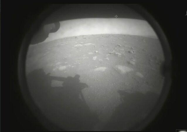 Imagem divulgada pela NASA marca a primeira foto tirada pelo rover Perseverance após sua aterrissagem histórica no distante planeta vermelho em 18 de fevereiro de 2021.