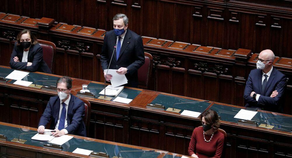 O primeiro-ministro da Itália, Mario Draghi, fala à Câmara Baixa do Parlamento antes de um voto de confiança, em Roma, Itália, 18 de fevereiro de 2021