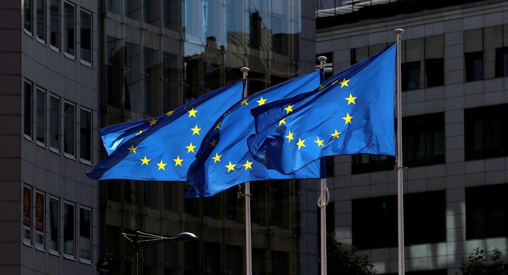 Bandeiras dos países da UE no exterior da sede da Comissão Europeia em Bruxelas, Bélgica, 21 de agosto de 2020