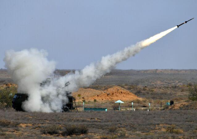 Sistema de mísseis antiaéreos guiados Pantsir-S durante exercícios militares Cáucaso 2020 no polígono de Ashuluk, região de Astrakhan, Rússia