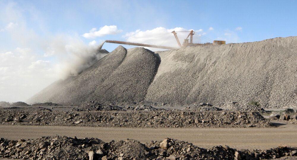 Máquina de mineração trabalha na mina Bayan Obo, que contém minerais de terras raras, na Mongólia Interior, China, (foto de arquivo)