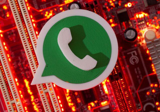 Logotipo do WhatsApp impresso em 3D em uma placa-mãe de computador em 21 de janeiro de 2021