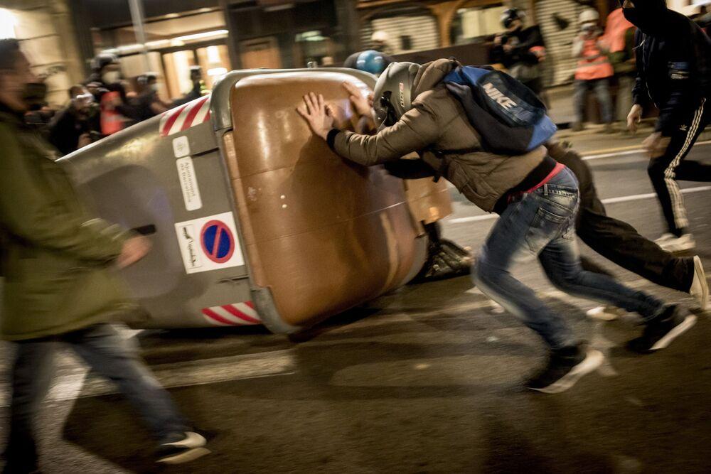 Participantes dos protestos de apoio ao rapper Pablo Hasél, condenado à pena de nove meses de prisão por insultos à monarquia, em uma das ruas de Barcelona, Espanha