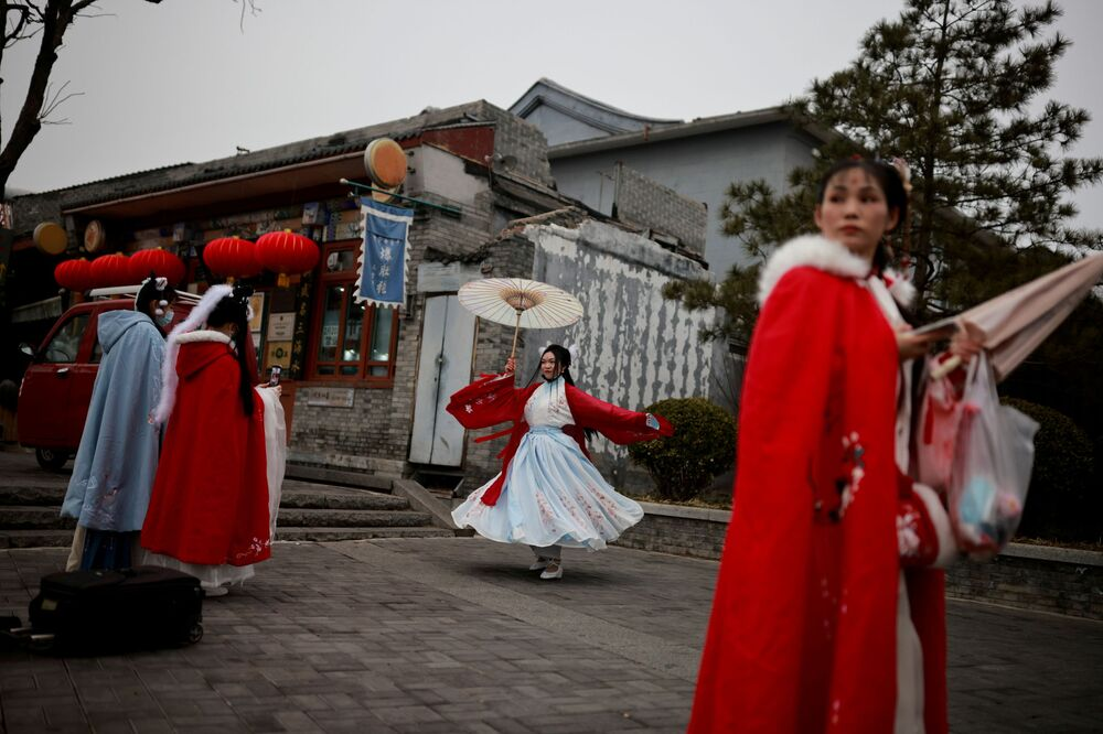Meninas em vestidos tradicionais durante celebrações do Ano Novo Lunar em Pequim, China, 14 de fevereiro de 2021