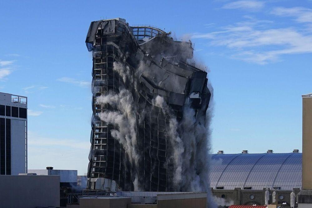 Antigo cassino de Donald Trump, Trump Plaza Hotel, é demolido em Atlantic City, estado de Nova Jersey, EUA, 17 de fevereiro de 2021