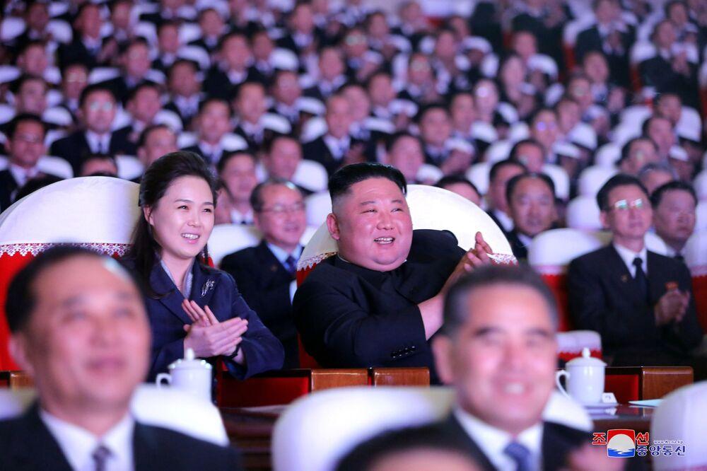 O líder norte-coreano Kim Jong-un e sua esposa Ri Sol-ju assistindo ao show em comemoração do Dia de Estrela Brilhante, o aniversário do ex-líder Kim Jong-il, Coreia do Norte, em foto divulgada pela agência de notícias norte-coreana KCNA, 17 de fevereiro de 2021