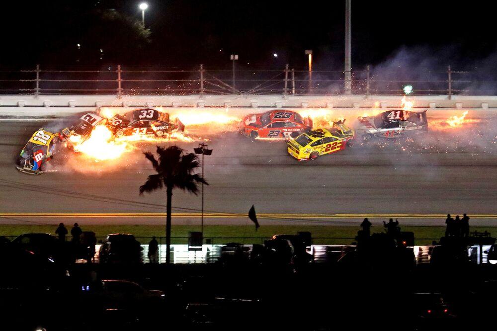 Pilotos de NASCAR Cup sofrem acidente durante corrida Daytona 500, Flórida, EUA, 14 de fevereiro de 2021