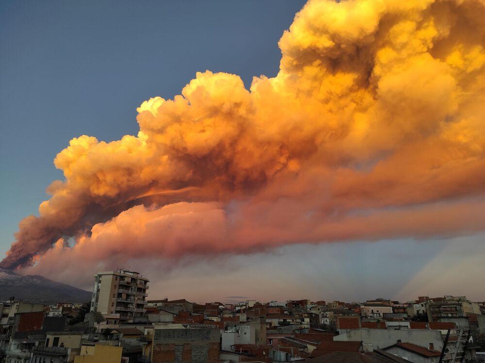 Vulcão Etna entra em erupção, Itália, 16 de fevereiro de 2021