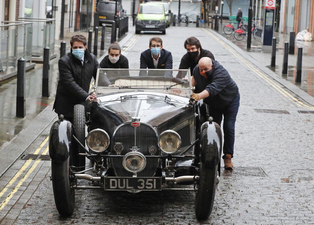 Carro Bugatti Type 57S de 1937 é empurrado por funcionários em frente da casa de leilões Bonhams, Londres, Reino Unido, 16 de fevereiro de 2021