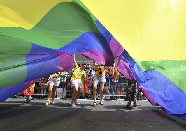 Manifestantes carregam bandeira LGBT em parada gay realizada em Londres, no Reino Unido
