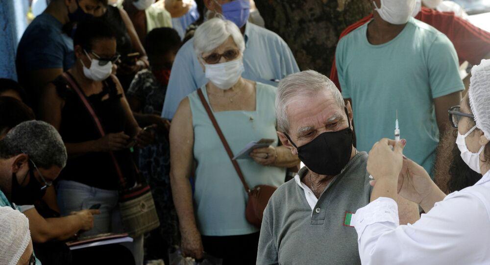 Profissional de saúde prepara seringa para aplicar dose da vacina CoronaVac em idoso no bairro de São Gonçalo, no Rio de Janeiro