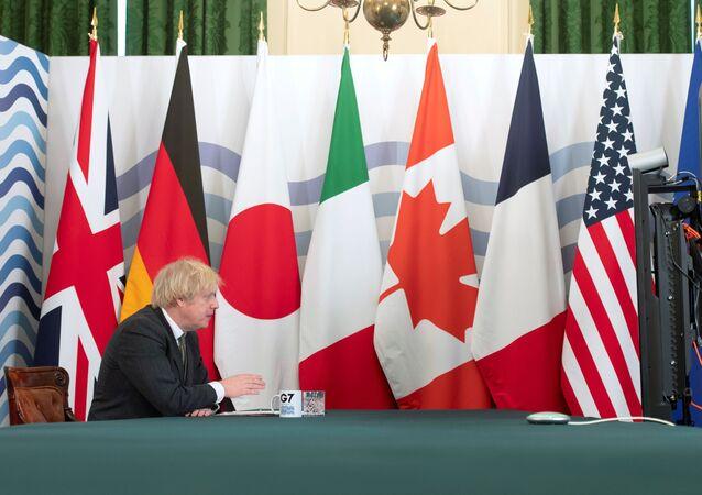 O primeiro-ministro do Reino Unido, Boris Johnson, sedia a cúpula do G7 on-line na Sala do seu gabinete em Downing Street em Londres, Reino Unido, em 19 de fevereiro de 2021