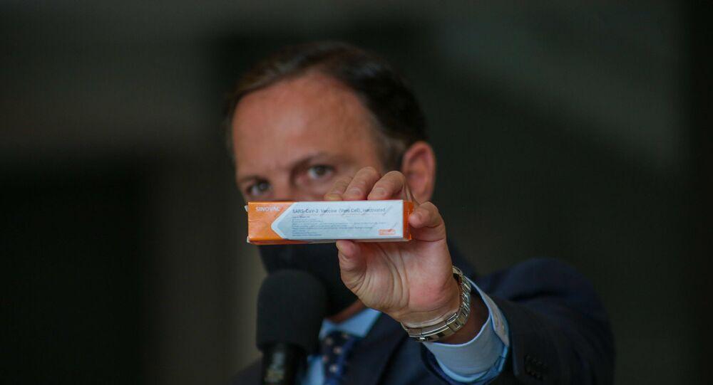 O governador de São Paulo, Joao Doria, apresenta a caixa da vacina CoronaVac durante coletiva de imprensa