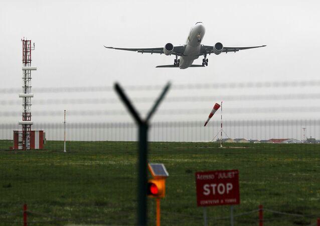 Avião decolando do Aeroporto de Lisboa, 29 de janeiro de 2021