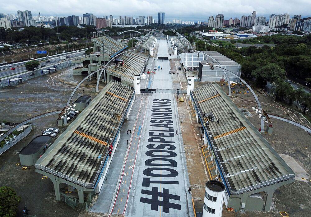 Frase Todos pelas vacinas no Sambódromo de São Paulo, enquanto celebrações do Carnaval foram canceladas devido à pandemia da COVID-19, Brasil, 13 de fevereiro de 2021