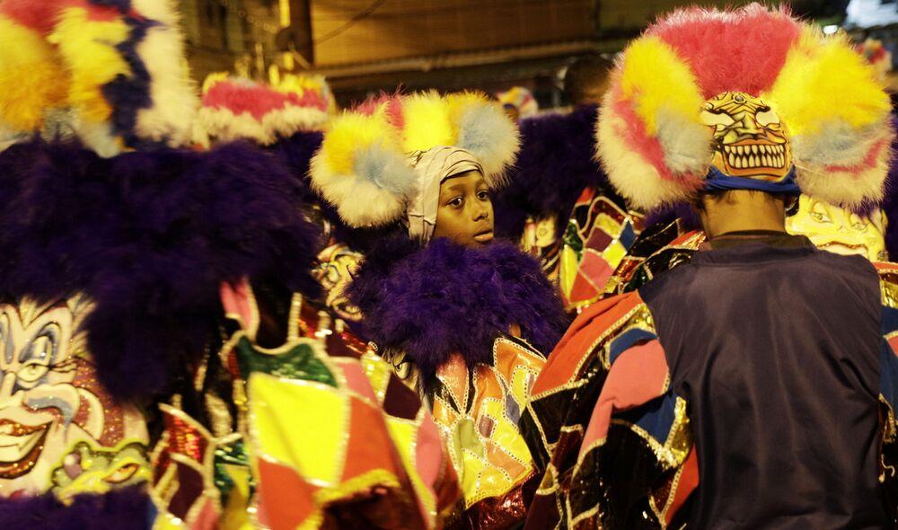 Grupo de bate-bola durante tradicionais celebrações do Carnaval no Brasil, apesar de estas terem sido canceladas devido à pandemia do coronavírus, 14 de fevereiro de 2021