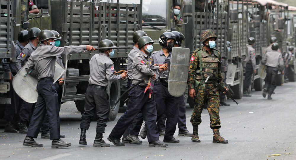 Forças de segurança reprimem protesto em Mianmar.