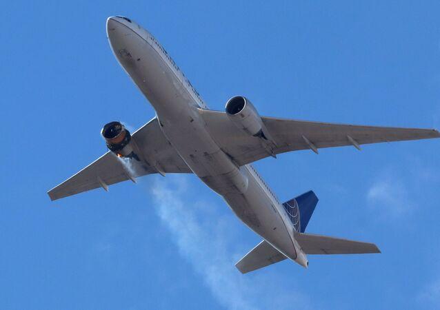 Voo UA328 da United Airlines, com 231 passageiros e 10 membros da tripulação a bordo, retorna ao Aeroporto Internacional de Denver
