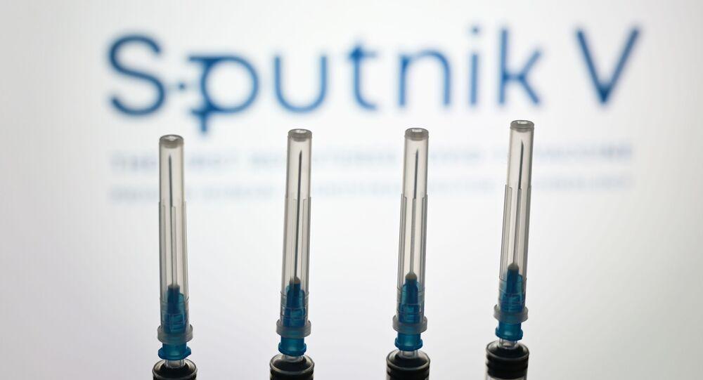 Seringas com o logotipo da Sputnik V ao fundo