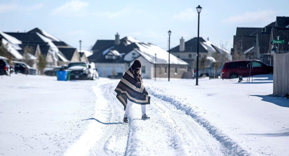 Texano caminha em direção à casa de amigo no bairro sem eletricidade devido à neve, na cidade de Pflugerville, Texas, EUA, 15 de fevereiro de 2021
