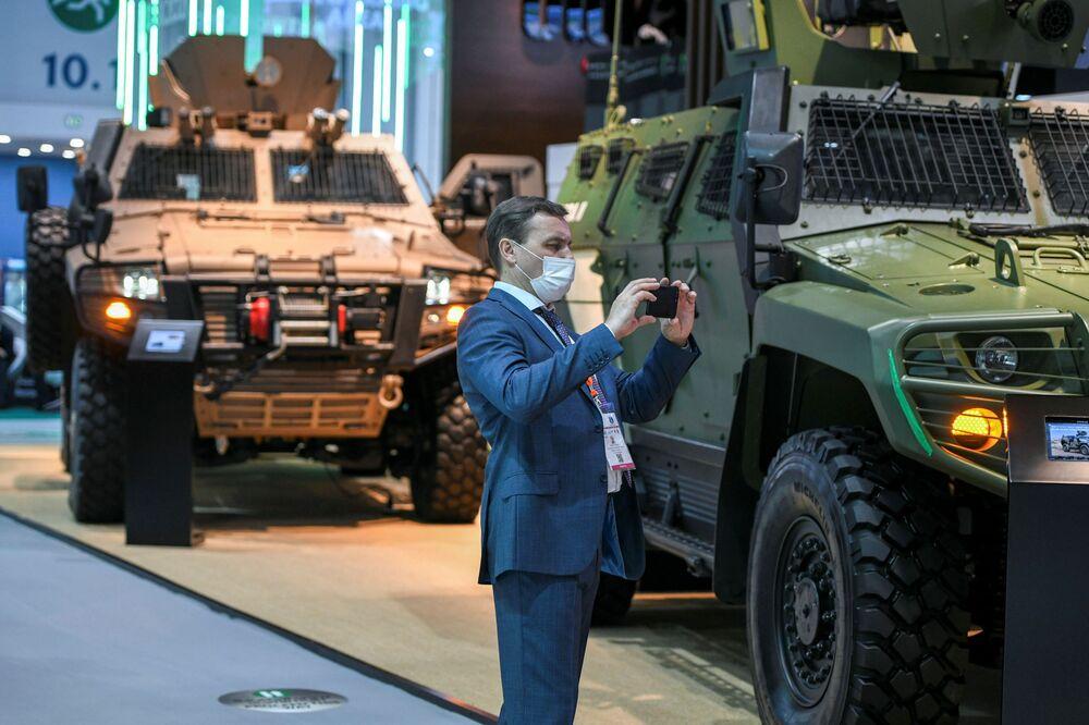 Homem tira foto na exposição da indústria de defesa IDEX 2021 em Abu Dhabi, EAU, 21 de fevereiro de 2021
