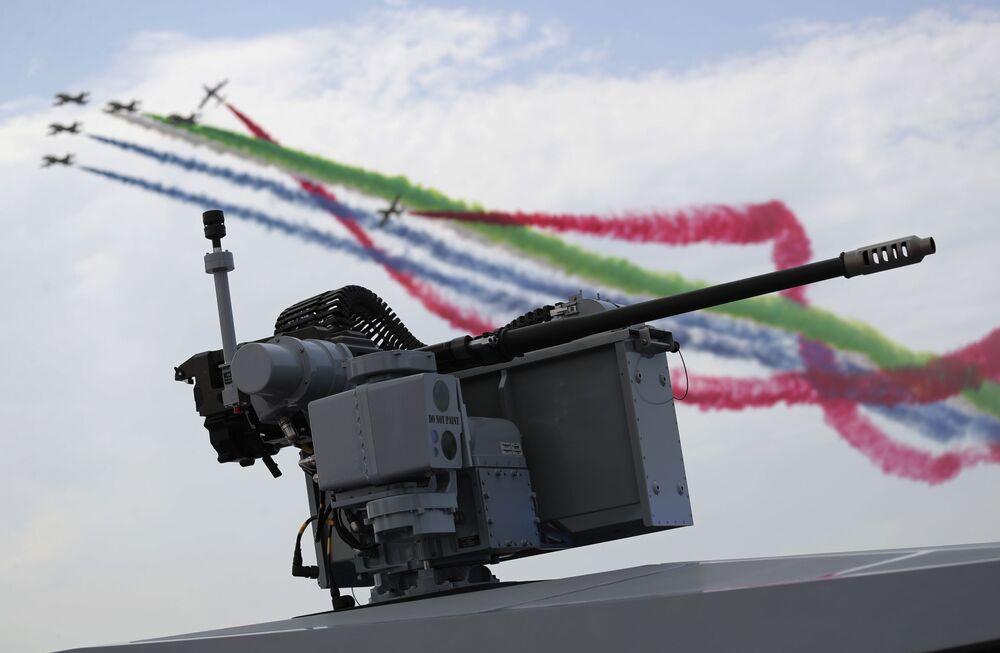 Esquadrilha de acrobacia aérea Al-Fursal (Cavaleiros, em português) se apresenta durante o dia de abertura da Exposição e Conferência de Defesa Internacional IDEX 2021 em Abu Dhabi, EAU, 21 de fevereiro de 2021