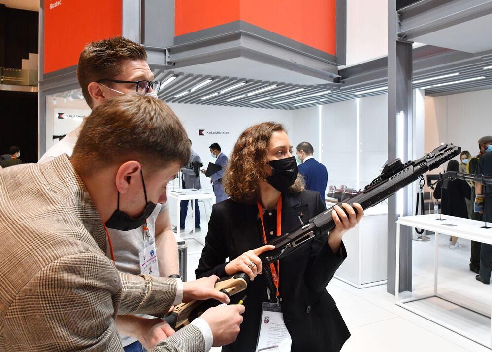 Espingarda MR-155 Ultima do consórcio russo Kalashnikov na exposição de defesa IDEX 2021 em Abu Dhabi, EAU