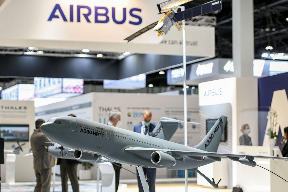 Modelo de um avião é visto na exposição de defesa IDEX 2021 em Abu Dhabi, EAU, 21 de fevereiro de 2021