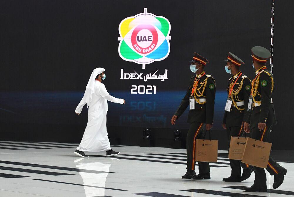 Visitantes da exposição da indústria de defesa IDEX 2021 em Abu Dhabi, EAU