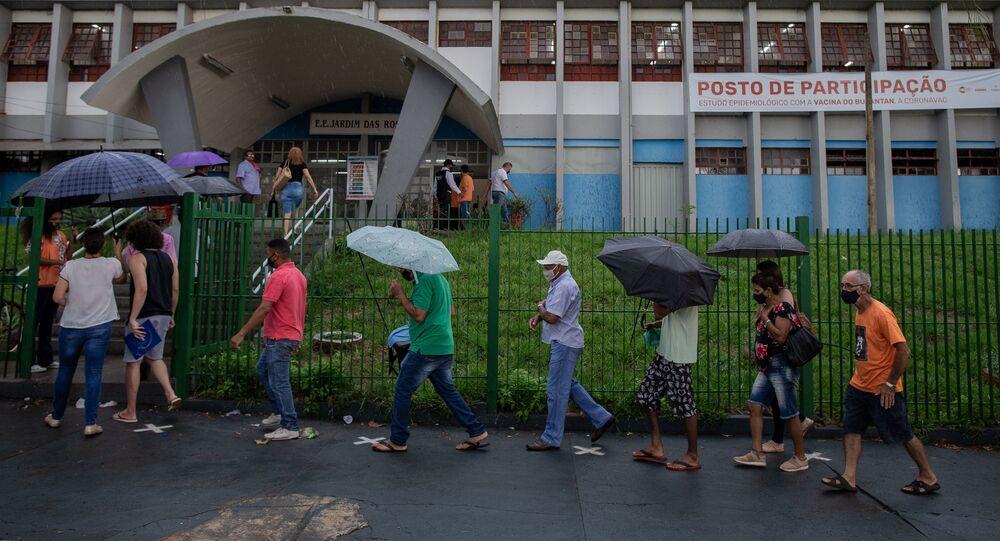 Moradores do município de Serrana, na Região Metropolitana de Ribeirão Preto (SP), aguardam em fila para serem vacinados com a CoronaVac, contra a COVID-19, no dia 17 de fevereiro de 2021.