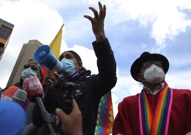 Yaku Perez, candidato presidencial do partido político Pachakutik, fala em um megafone em frente ao Conselho Nacional Eleitoral em Quito.