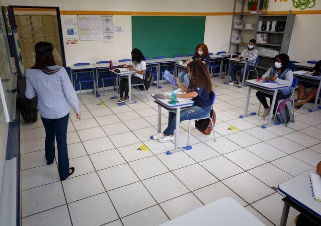 Aula com poucos alunos na escola estadual Professor Milton da Silva Rodrigues, na Freguesia do Ó, em São Paulo