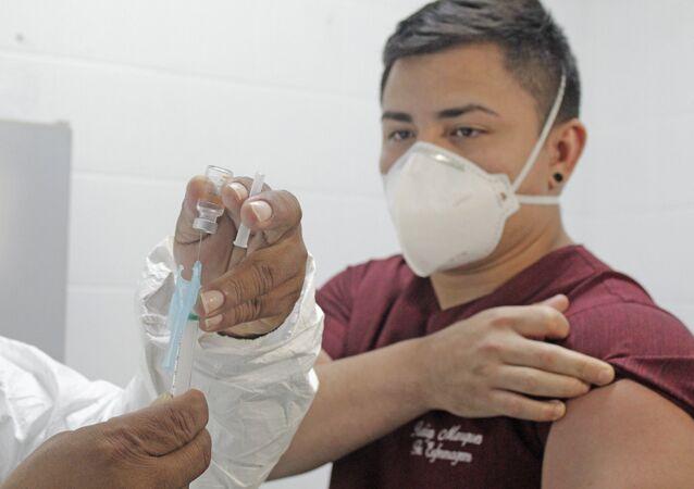 Vacinação contra a COVID-19 de servidores da rede estadual de saúde do Amazonas. Foto de 23 de janeiro de 2021.