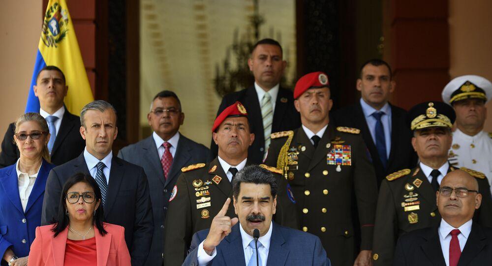 Presidente da Venezuela, Nicolás Maduro, e funcionários do governo em coletiva de imprensa no Palácio Miraflores