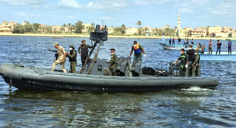 Membros da guarda costeira e equipes de resgate do Egito realizando buscas por vítimas após naufrágio no Mediterrâneo (arquivo)