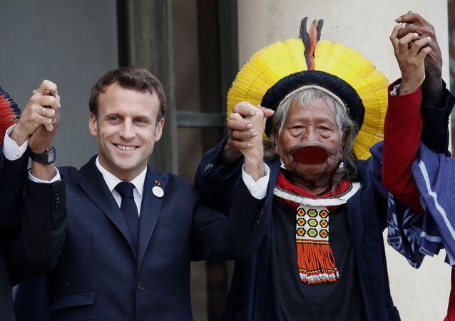 Líder kayapo, Raoni Metuktire, ao lado do presidente da França, Emmanuel Macron, em Paris, 16 de maio de 2019 (foto de arquivo)
