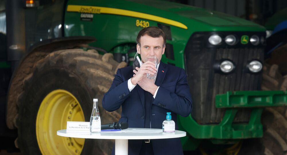 Presidente francês, Emmanuel Macron, durante visita à fazenda em Borgonha, França, 23 de fevereiro de 2021