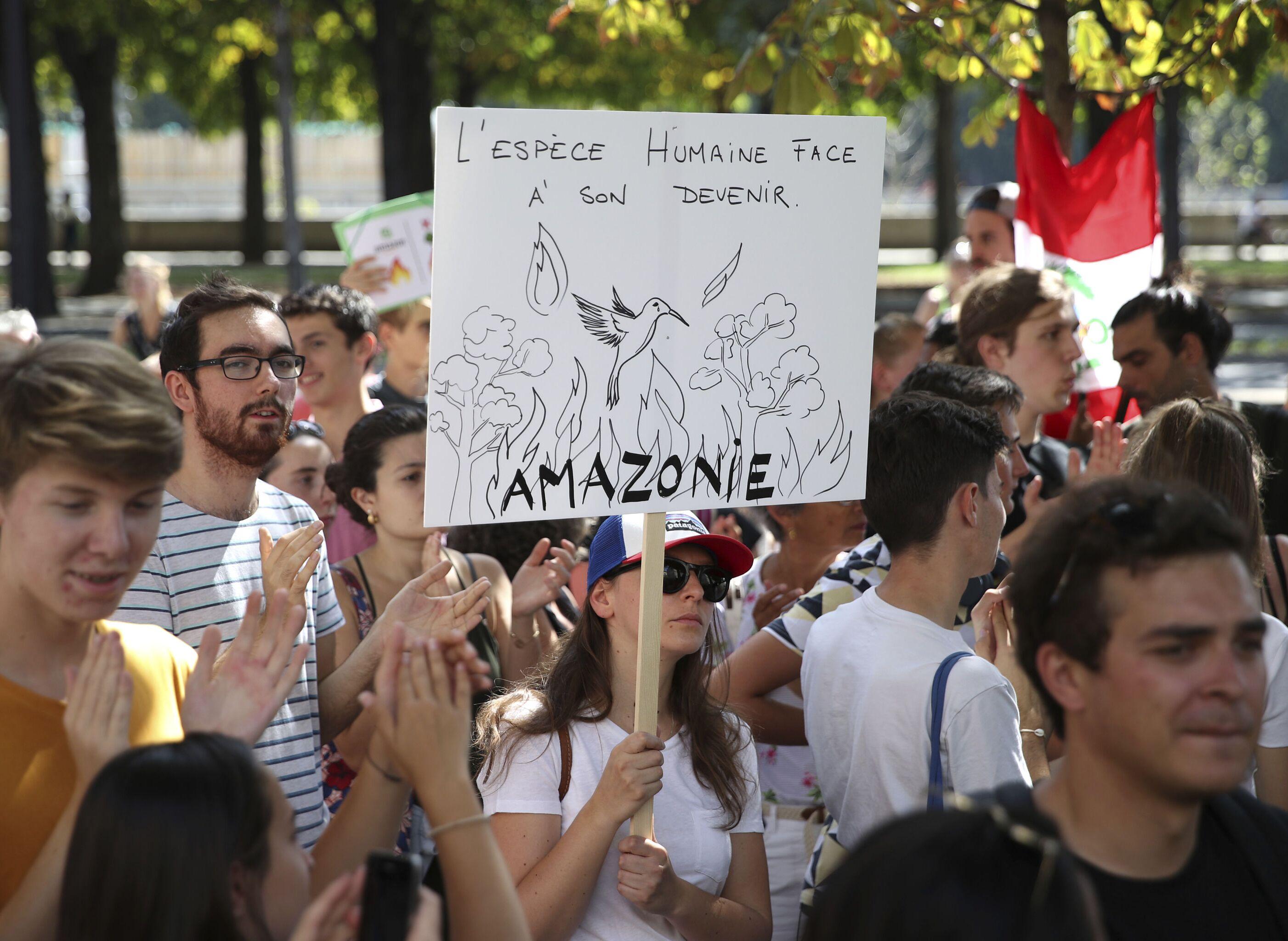 Manifestantes protestam na frente da Embaixada do Brasil em Paris, França, 23 de agosto de 2019 (foto de arquivo)