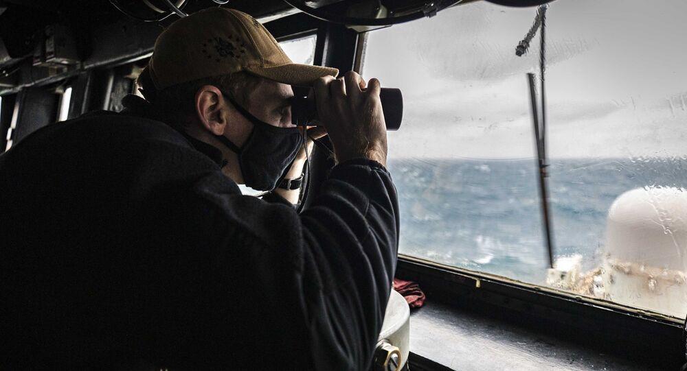 Militar observa o horizonte na casa do piloto enquanto o destróier  USS John S. McCain conduz operações de rotina em andamento em apoio à estabilidade e segurança para um Indo-Pacífico livre e aberto, no Estreito de Taiwan