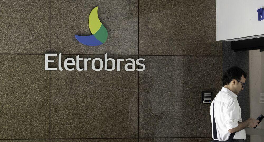 Movimentação em na fachada do escritório da Eletrobras no Rio de Janeiro (imagem de arquivo).