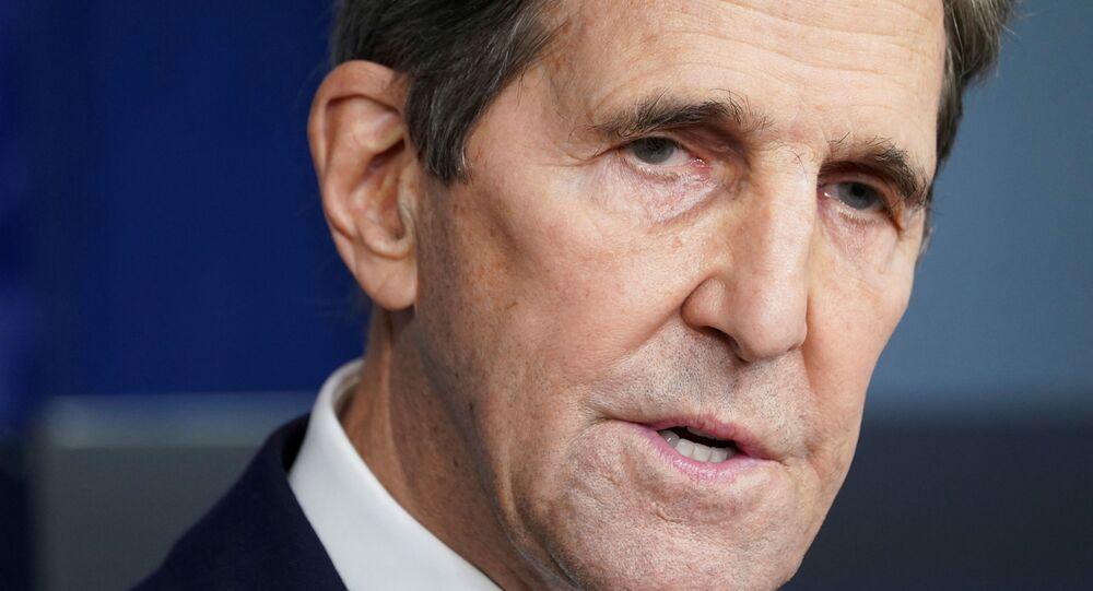 O enviado dos EUA para o clima, John Kerry, fala em uma coletiva de imprensa na Casa Branca em Washington, EUA, em 27 de janeiro de 2021