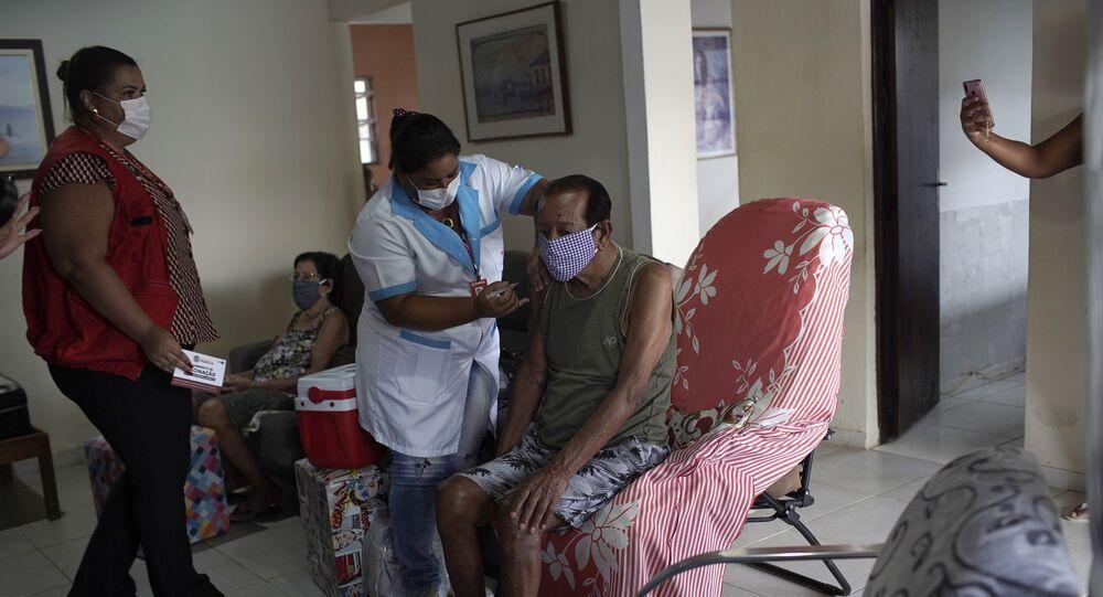 Idoso de 94 anos toma vacina CoronaVac em casa, em Maricá, no Rio de Janeiro
