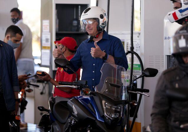 Presidente Jair Bolsonaro anda de moto. Ele foi até uma concessionária fazer revisão e depois abasteceu em um posto de gasolina