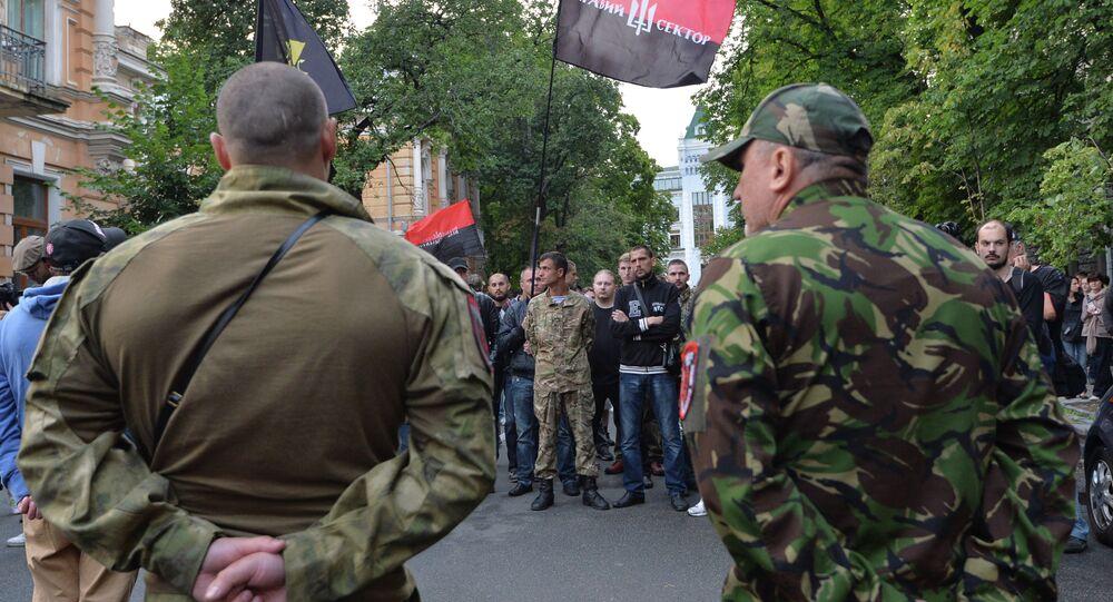 Membros do grupo extremista de direita Pravy Sektor marchando durante ato em Kiev, capital da Ucrânia (arquivo)