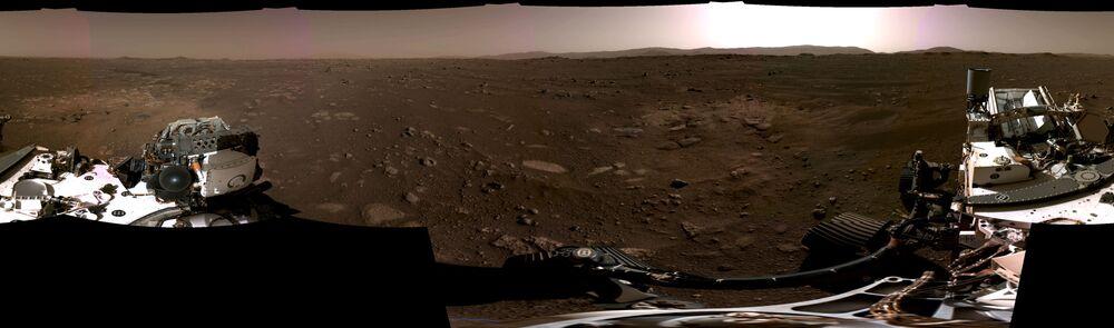 Panorama composto por seis imagens individuais registradas pelas câmeras de navegação a bordo do rover Perseverance da NASA, mostrando a paisagem do Planeta Vermelho, 20 de fevereiro de 2021