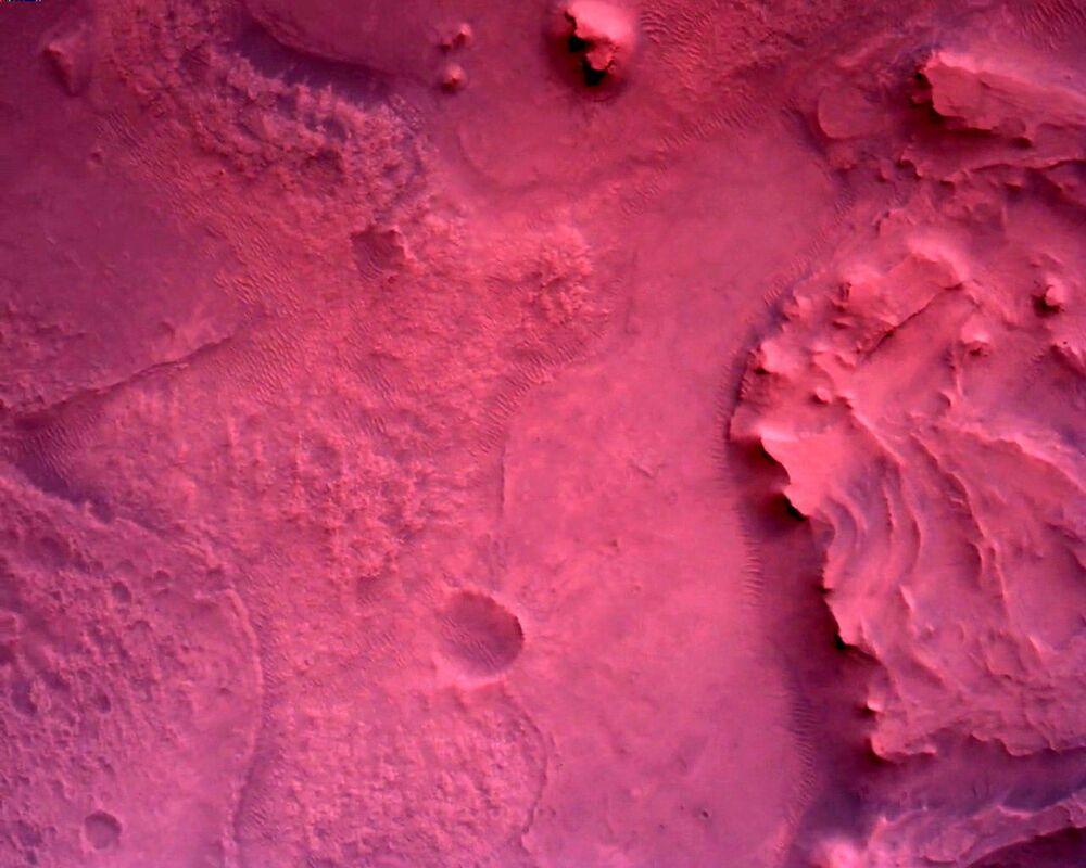 Superfície de Marte vista diretamente abaixo do rover Perseverance da NASA, 22 de fevereiro de 2021