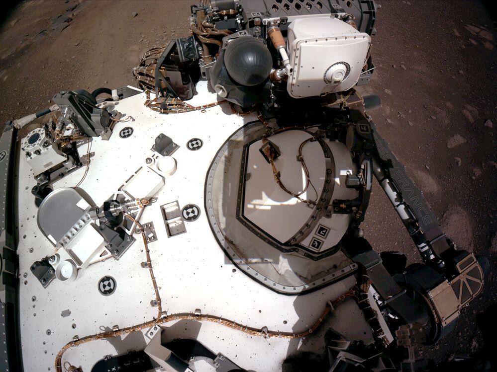 Plataforma do rover Perseverance da NASA, com o Instrumento Planetário para Litoquímica de Raios X (PIXL, na sigla em inglês), registrada pelas câmeras de navegação do robô, 20 de fevereiro de 2021