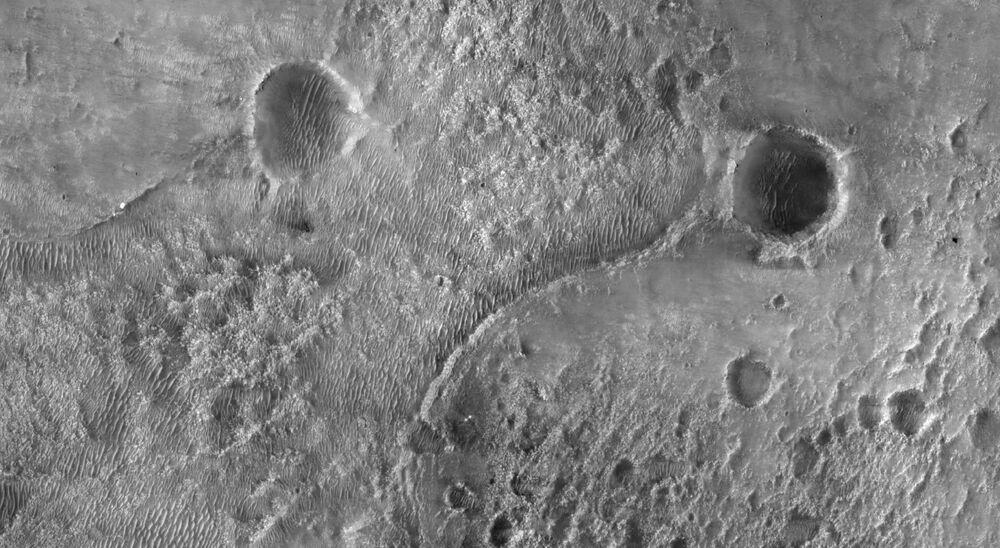 Cratera Jezero de Marte onde pousou o rover Perseverance da NASA em imagem registrada pela câmera HiRISE, 19 de fevereiro de 2021
