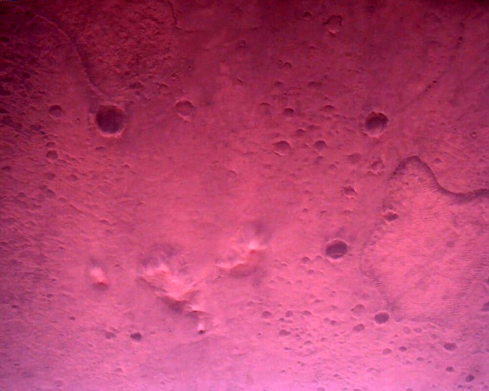 Superfície de Marte vista diretamente abaixo do rover Perseverance da NASA é registrada pela câmera apontada para baixo, 22 de fevereiro de 2021