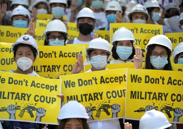 Manifestantes durante protesto contra o golpe militar em Rangum, Mianmar, 24 de fevereiro de 2021